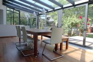 Esstisch im Wohnzimmer mit Wintergarten